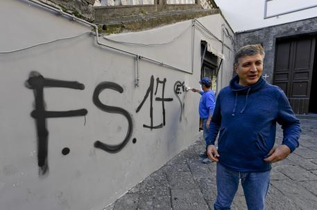 Napoli, sacerdote fa cancellare scritta dei clan