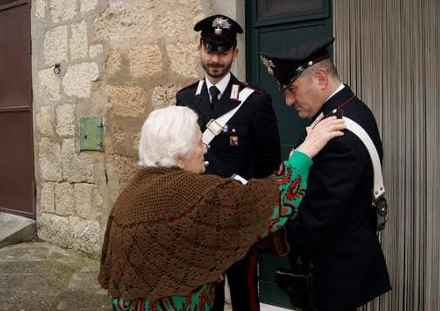 Maltratta l'anziana madre per mesi, lei lo denuncia e lo fa arrestare dai carabinieri