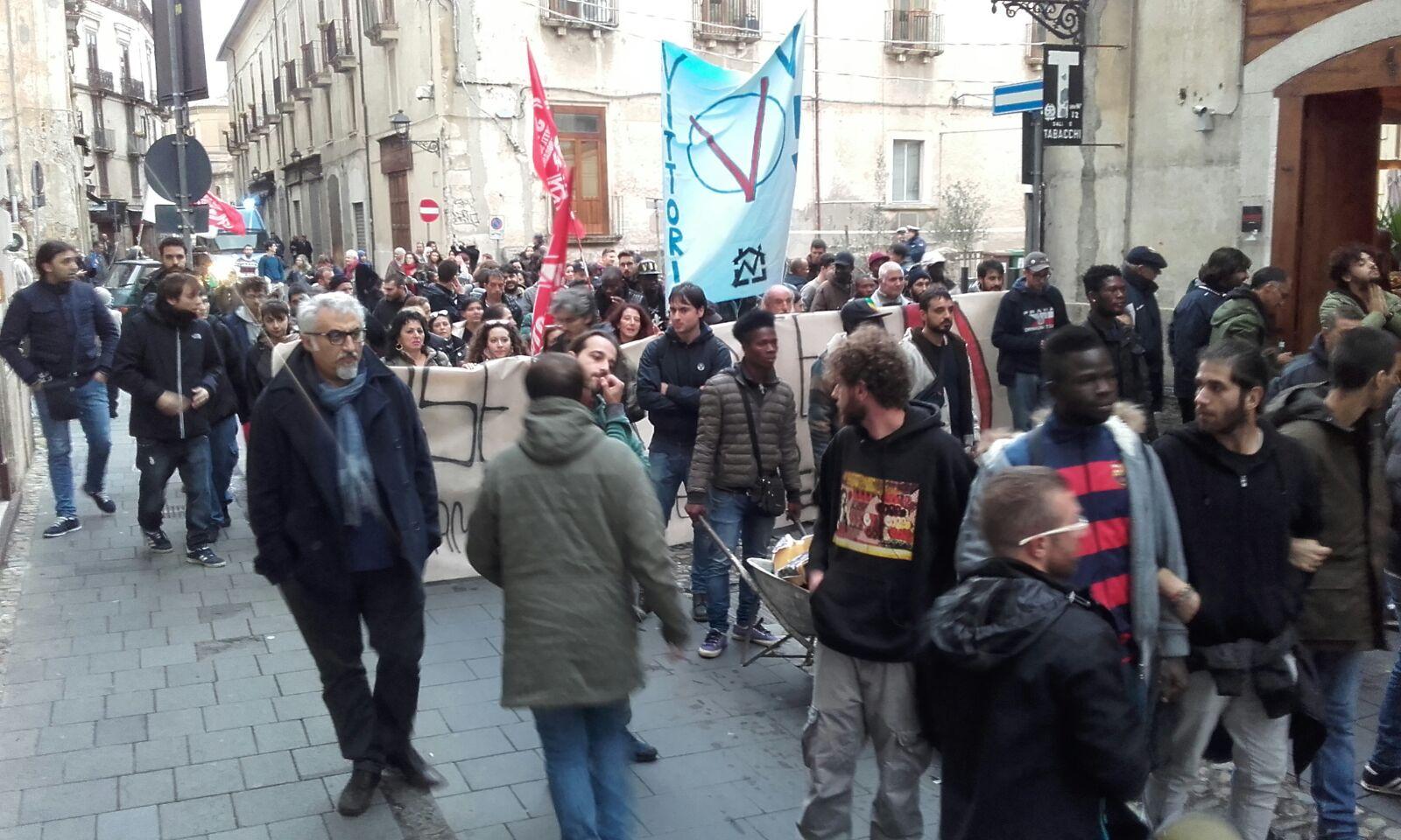 VIDEO - Le proteste a Cosenza per l'arrivo del ministro Maria Elena Boschi