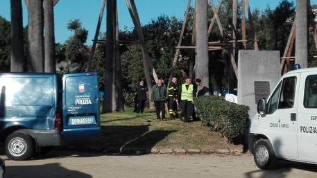 Choc nella villa comunale di Napoli, uomo si toglie la vita impiccandosi