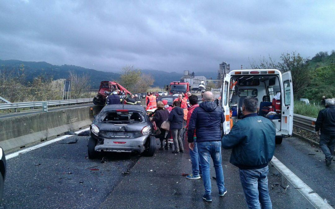 FOTO – Violenta carambola sulla strada statale 280  Sei veicoli coinvolti nel Catanzarese, 2 feriti gravi