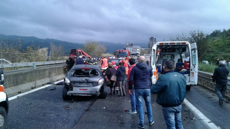 FOTO - Violenta carambola sulla strada statale 280Sei veicoli coinvolti nel Catanzarese, 2 feriti gravi