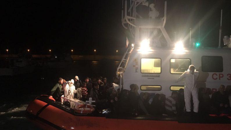 Migranti soccorsi al largo dalla Guardia costieraIn 122 sbarcati nella notte a Roccella Jonica