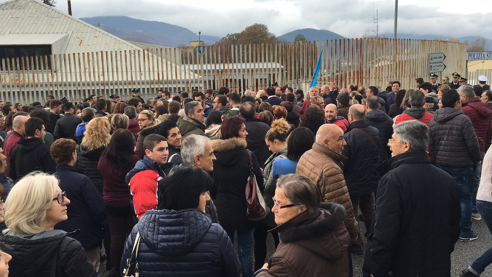 Lagonegro, sindaci e cittadini manifestano per il nuovo ospedale: «Ma il vecchio rimanga»