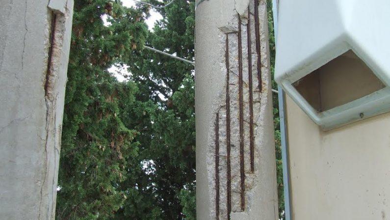 Quel palo è pericolante: è allarme nel Reggino, vicino al cimitero di Melito Porto Salvo