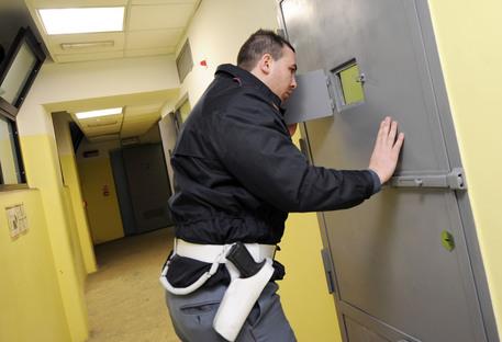 Rivolta al carcere di Avellino, detenuti si barricano in una sala per difendere compagno