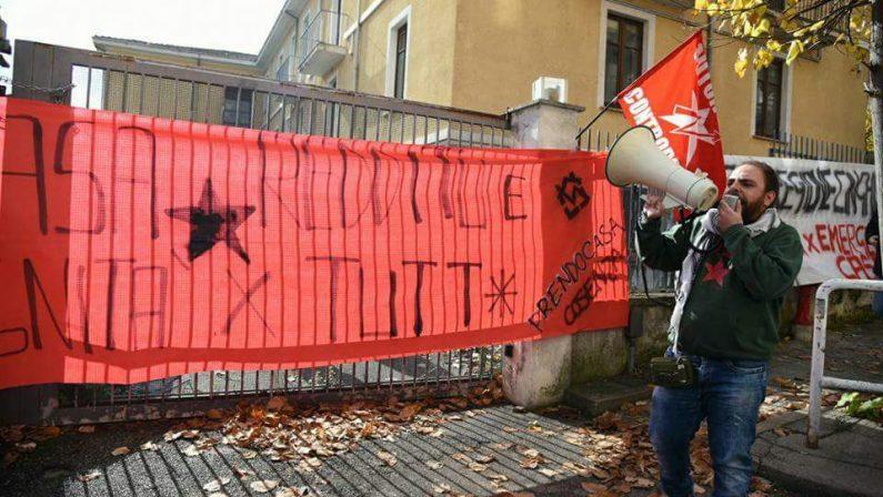 Occupato uno stabile dell'Aterp in pieno centro a Cosenza: «La lotta unico strumento contro l'emergenza casa»
