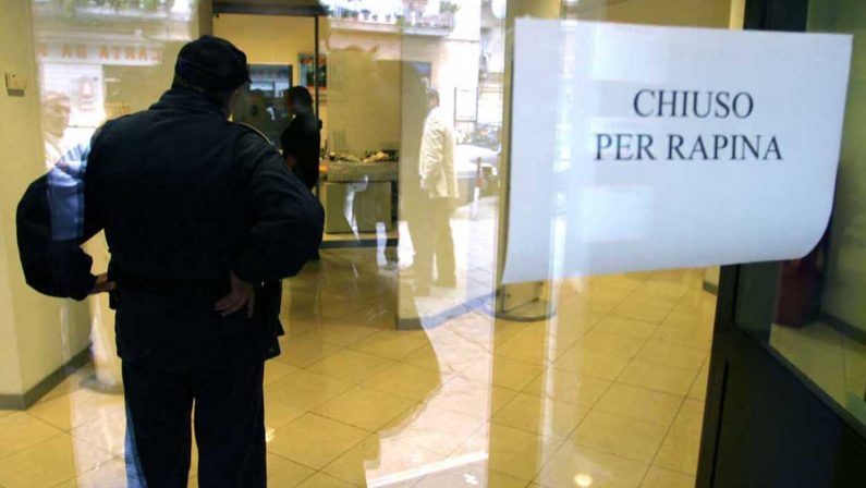 Rapina in banca nel Cosentino, impiegati minacciati  Malviventi portano via almeno 100 mila euro