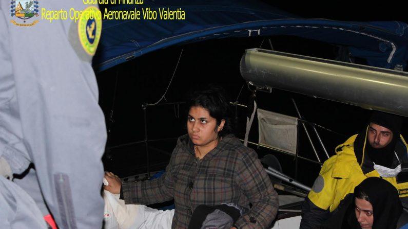 Soccorsi 70 migranti e arrestati tre scafisti: erano su una imbarcazione diretta alle coste crotonesi