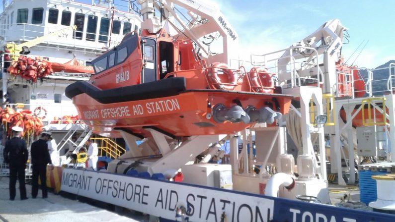 Nave carica di migranti giunta nel porto di ViboA bordo 237 persone, ma anche due cadaveri