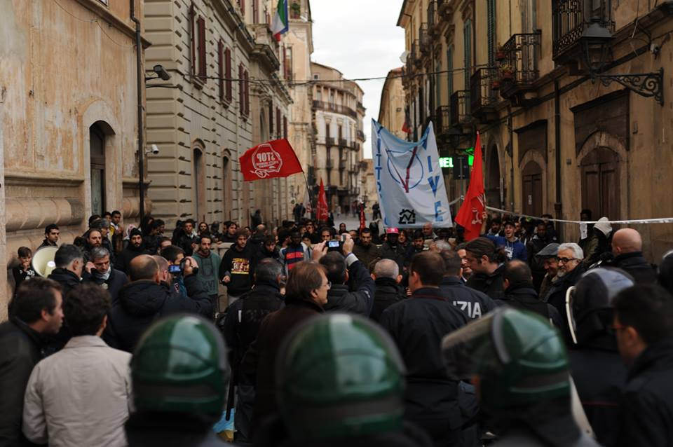 FOTO - Cori e striscioni contro il Governo per l'arrivo del ministro Boschi a Cosenza