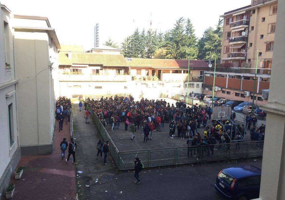 VIDEO- Avellino, è protesta da parte degli alunni dell'Amabile: cori ed assemblea permanente