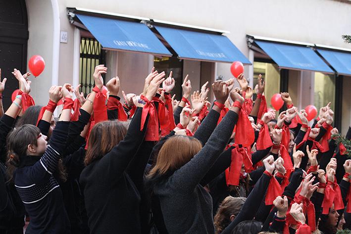 """Violenza sulle donne, ad Avellino 100 studenti """"armati"""" di poesie e palloncini rossi per dire no agli abusi"""