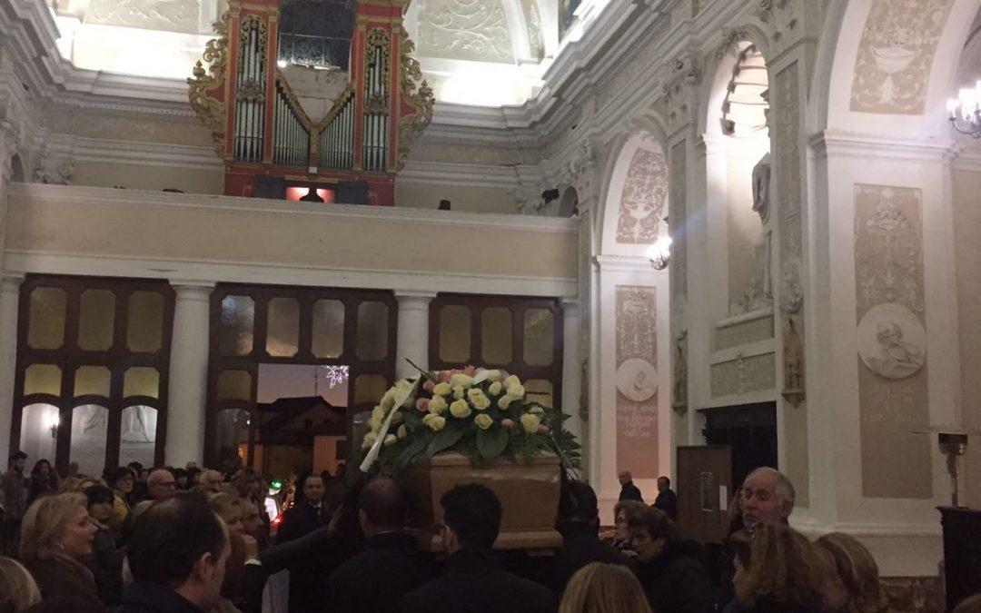 Commozione a Vibo ai funerali di Greta Medini morta dopo essersi lanciata da un viadotto dell'A3