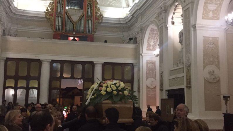 Commozione a Vibo ai funerali di Greta Medini, morta dopo essersi lanciata da un viadotto dell'A3
