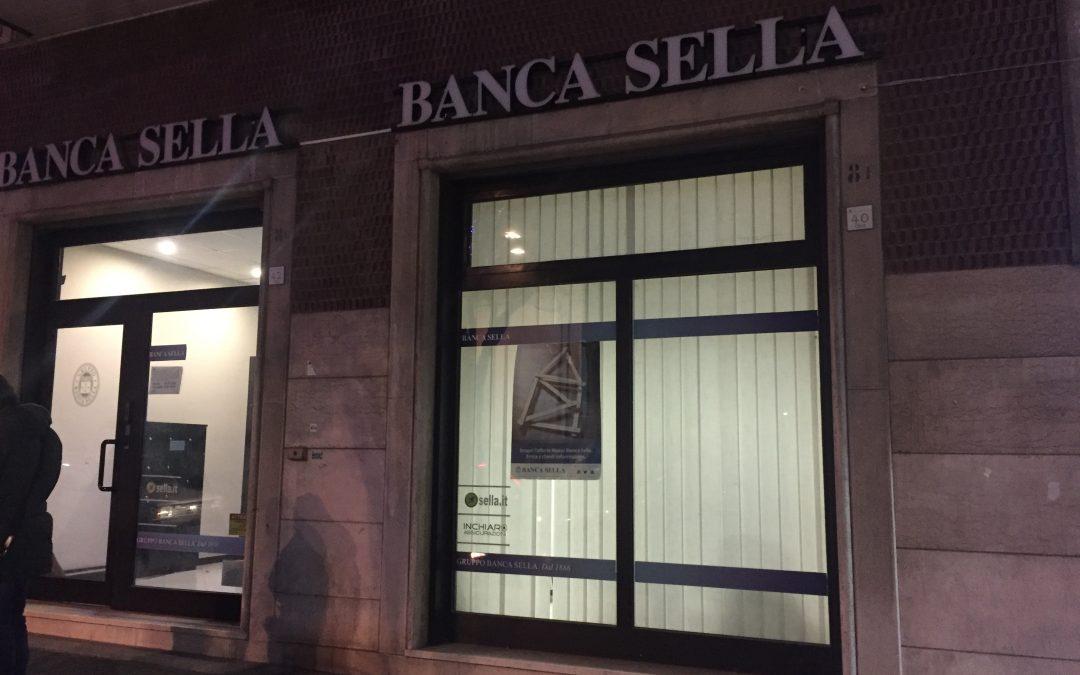 Avellino, rapina a mano armata in banca nel pieno centro cittadino: due persone in ostaggio