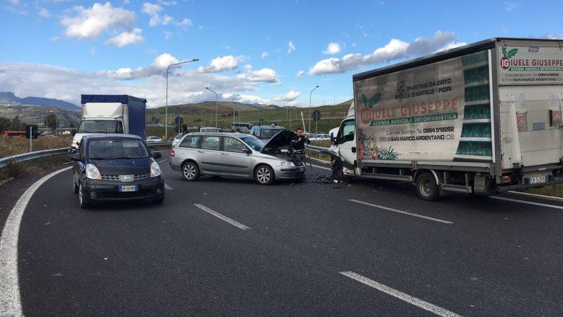 Incidente stradale nei pressi della cittadella regionaleScontro tra un'auto e un camion, feriti i conducenti