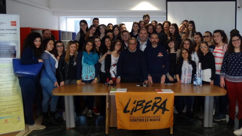 Gli studenti dell'Unical a lezione nella Valle del MarroIniziativa nei campi confiscati alla 'ndrangheta