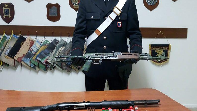 Kalashnikov e fucile a pompa nascosti in casaArrestato un uomo nel Crotonese, girava armato
