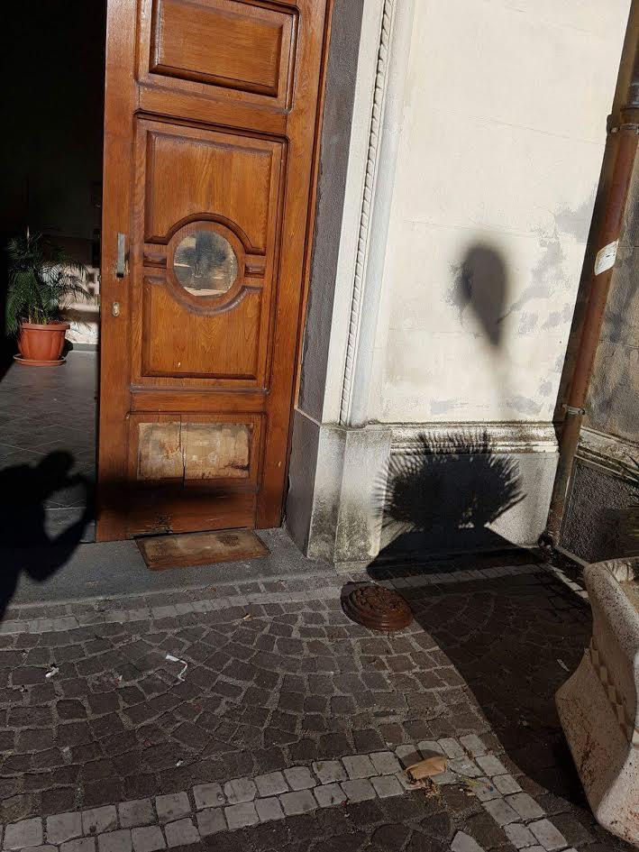 Danneggiato da un'esplosione l'ingresso del Comune di Cessaniti. Pochi giorni fa la distruzione della targa anti 'ndrangheta