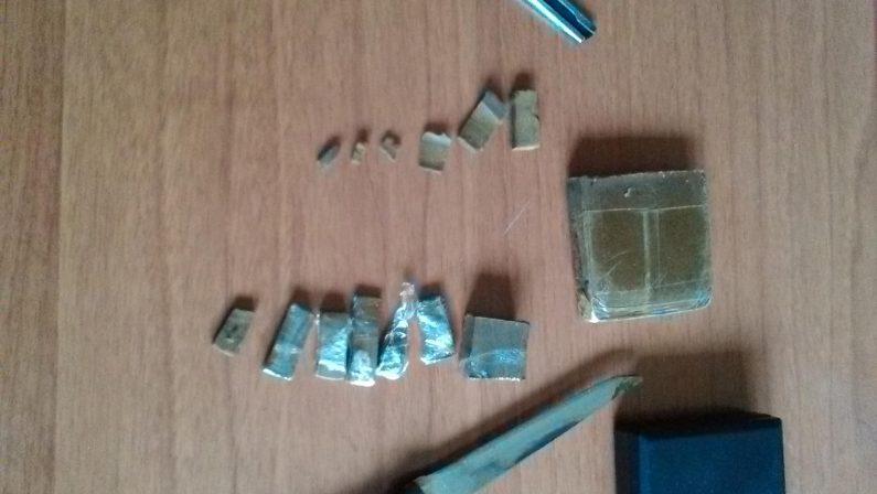 ArianoIrpino, 19enne spaccia droga a scuola: arrestata dai Carabinieri