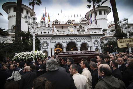 Boss delle cerimonie, applausi e fan ai funerali di Don Antonio