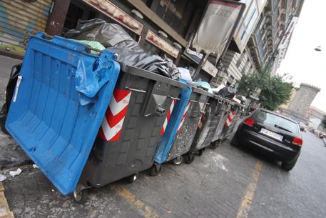 Bimbo gettato nel bidone della spazzatura dalla madre, salvato dagli Agenti a Napoli
