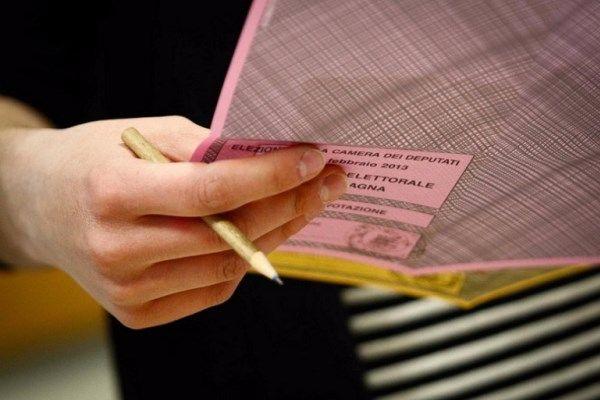 Fotografa la scheda elettorale, denunciata una donna nel Vibonese