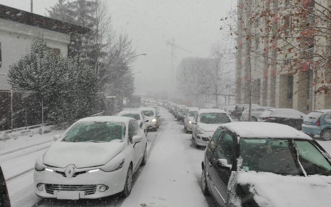 Mezzi incolonnati in una Potenza sommersa dalla neve