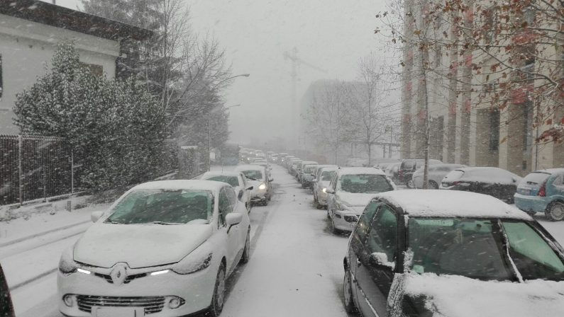 Potenza paralizzata dalla neve, disagi in tutta la città