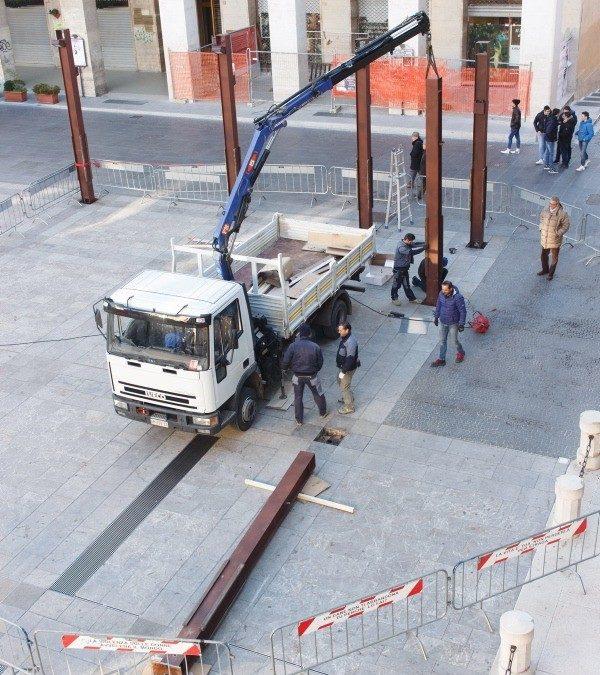 La rimozione delle installazioni di Gae Aulenti in piazza Mario Pagano a Potenza (foto A. MATTIACCI)