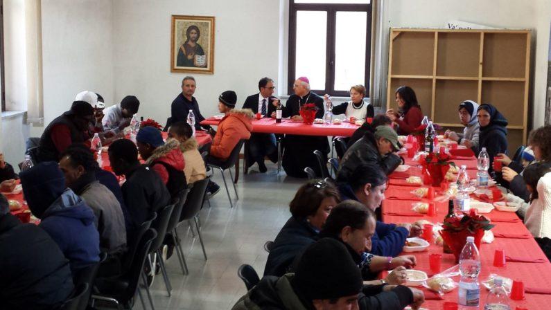 Solidarietà con il pranzo di Natale a CatanzaroVescovo e sindaco mangiano con i poveri