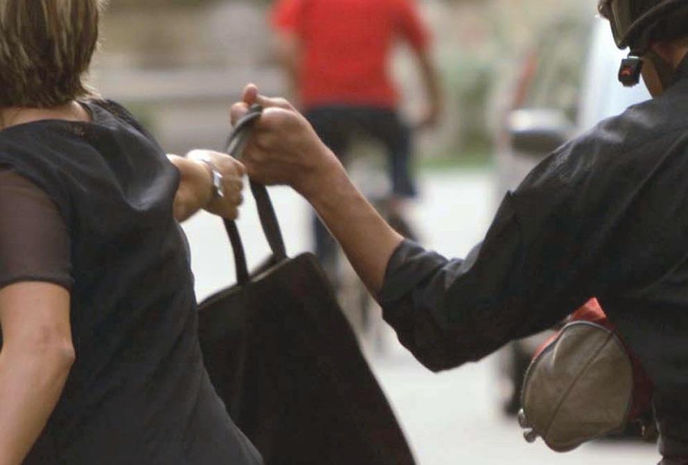 Aggrediva e rapinava donne sole in stradaCarabinieri arrestano un uomo nel Reggino