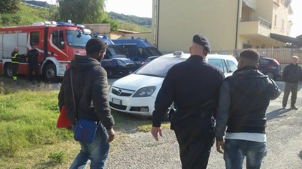 Avviato lo sgombero dell'hotel che ospita i migranti  Circa duecento ospiti nella struttura del Catanzarese