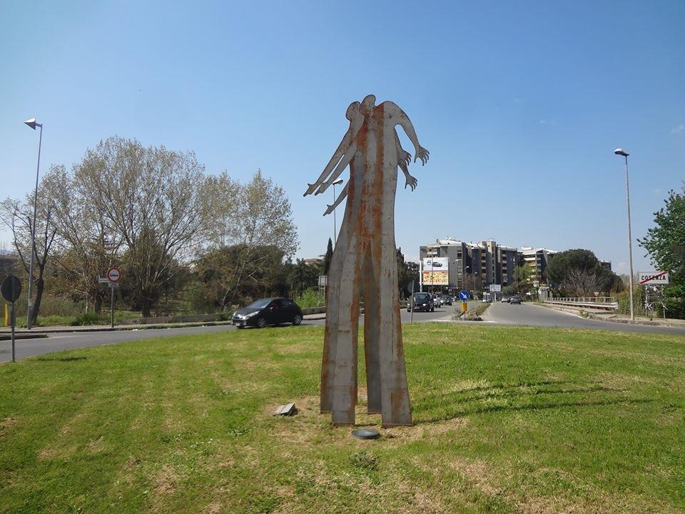 Un ammasso di ferraglia per ricordare Sergio CosmaiLa moglie:«Demolite il monumento di Cosenza»