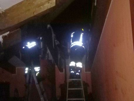 Incendio in un palazzo del salernitano, crolla sottotetto