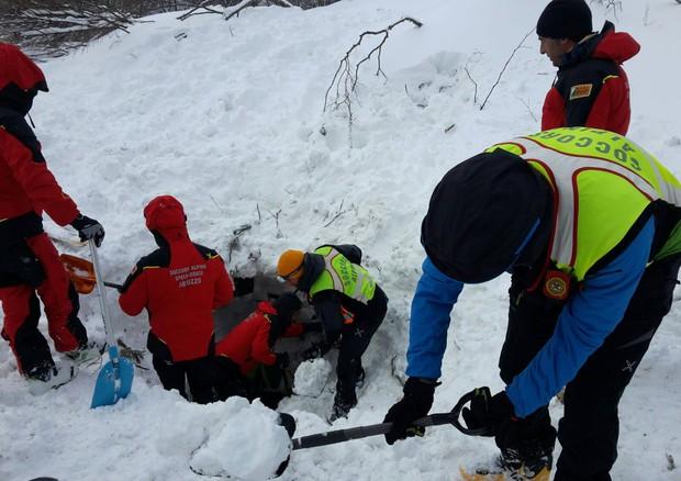 Hotel Rigopiano, trovate vive sei persone: soccorritori instancabili