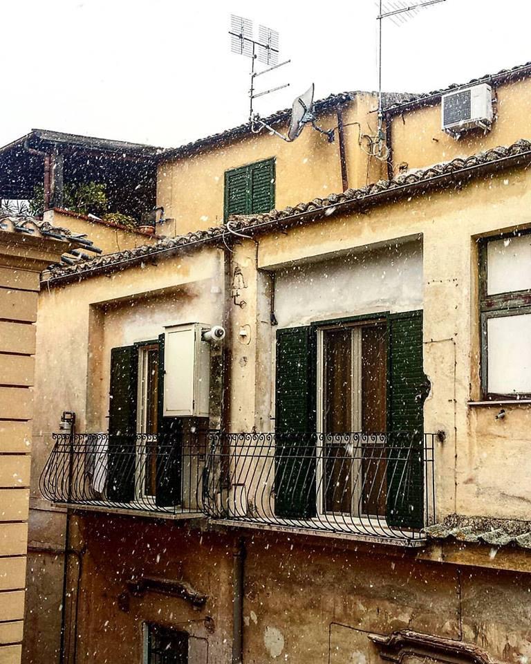 Maltempo, leggere nevicate in corso sull'A2, da domani previsti miglioramenti