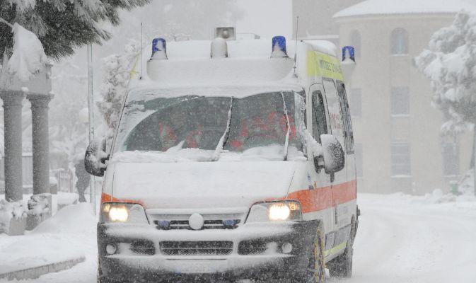 Partoriente bloccata dalla neve nel Cosentino, i vigili del fuoco la accompagnano in ospedale