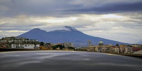 Vesuvio innevato dalla vetta a bassa quota
