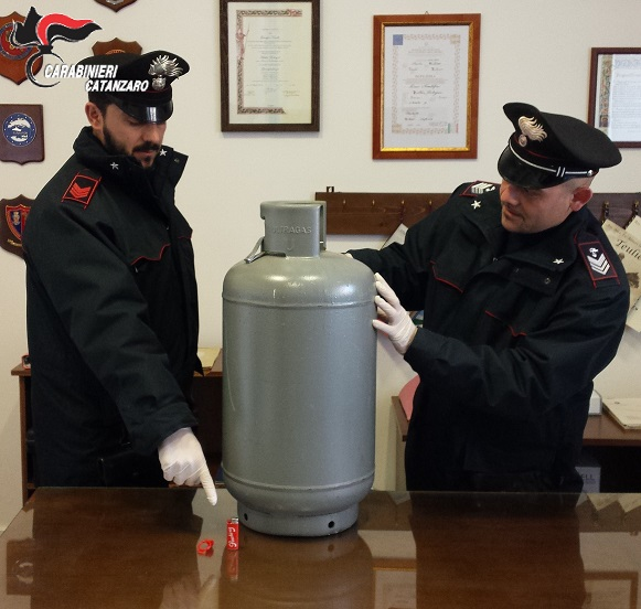 Tenta di far esplodere la casa dei vicini con una bombola, arrestato un uomo a Catanzaro