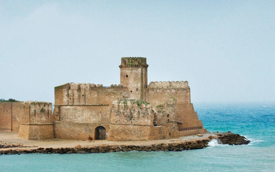 La fortezza aragonese di Isola Capo di Rizzuto nello scatto di Susan Wright per il New York Times