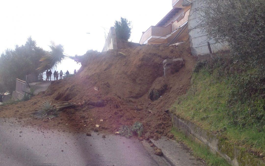 VIDEO – Il maltempo provoca una frana a Montalto  Le immagini del crollo del muro