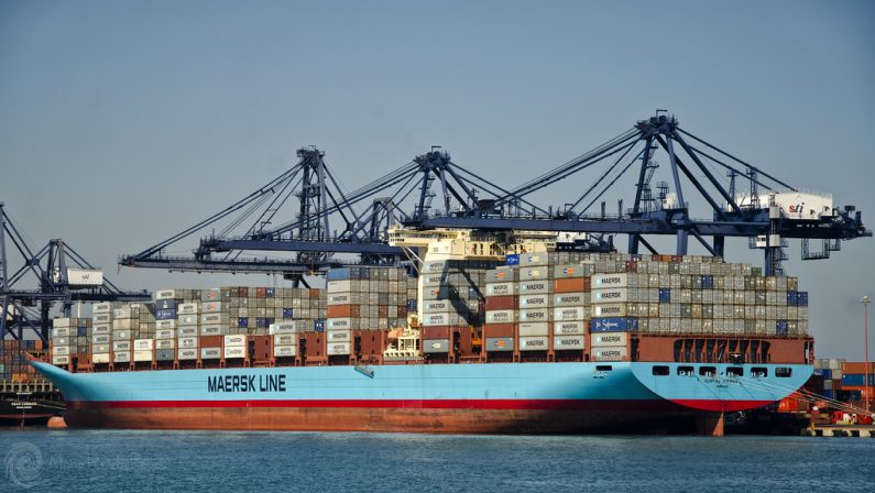 Nave portacontainer diretta al porto di Gioia Tauro finisce contro gli scogli di Scilla