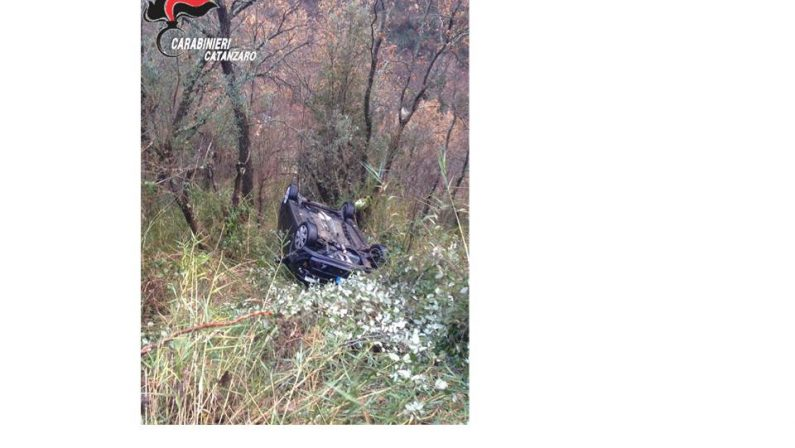 Precipita con l'auto in un dirupo, salvata dai carabinieri di Soveria Mannelli, una giovane donna