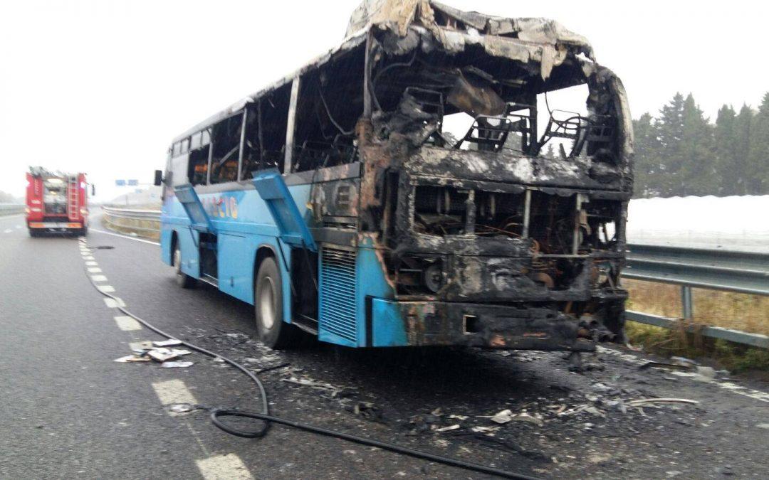 Autobus di linea in fiamme sulla strada statale 106  Salvi alcuni studenti della provincia di Cosenza