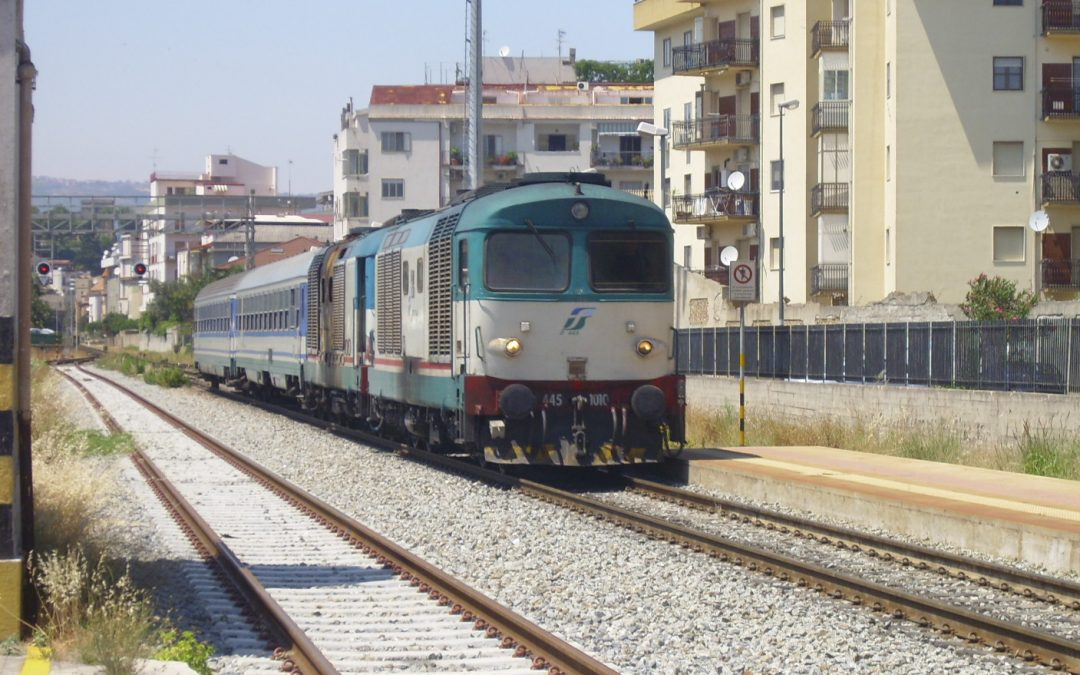 Si sdraia sui binari in attesa del treno ma il conducente riesce a frenare in tempo: paura a Lamezia