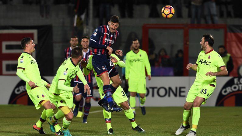 Il Bologna sbanca a Crotone, allo Scida decide Dzemaili. Nicola: «La squadra ha fatto il massimo»