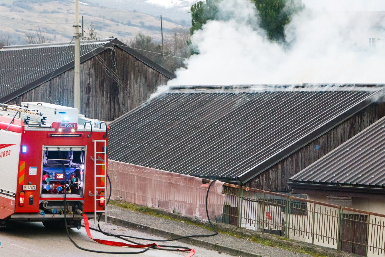 FOTO – Potenza, fiamme a Bucaletto: paura nella cittadella dei terremotati