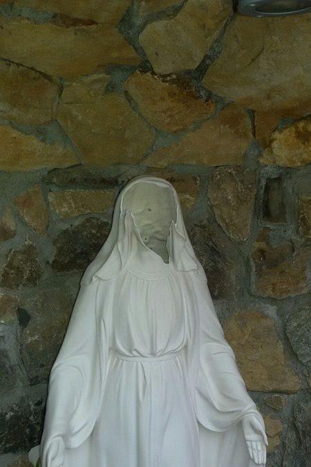 La statua della Madonna sfigurata